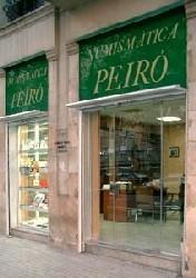 Fotografia lateral del expositor de la tienda en la que se puede apreciar también el interior.